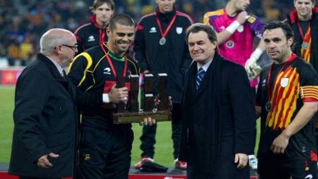 El presidente de la Generalitat, Artur Mas, y el presidente de la Federación Catalana de Fútbol, Jordi Casals junto a Víctor Valdés y Sergio González tras un amistoso de la selección catalana.