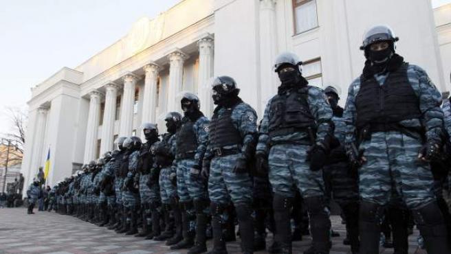 Policías antidisturbios se colocan en las inmediaciones del Parlamento ucraniano en Kiev (Ucrania).