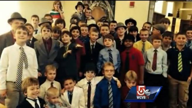 Danny Keefe (al fondo), con el grupo de niños que quiso apoyarle vistiéndose como él, con traje, corbata y sombrero, en una imagen extraída del canal WCVB Channel 5 Boston.