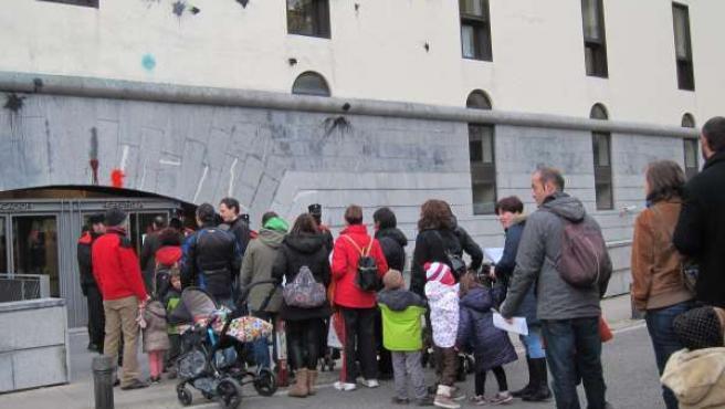 Familias de Sarriguren ante el Departamento de Educación
