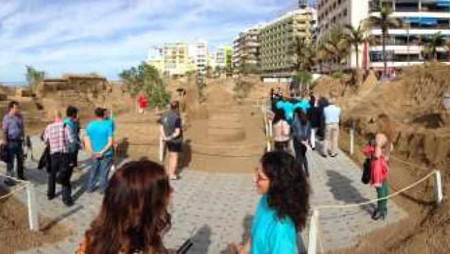 Panorámica del belén de arena navideño en Las Canteras