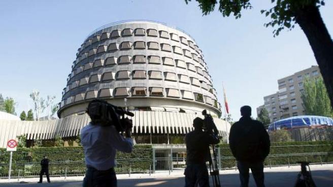 Fótografos y Cámaras de televisión frente al edificio del Tribunal Constitucional.