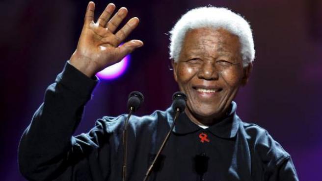 El expresidente de Sudáfrica Nelson Mandela, en una fotografía tomada el 2 de julio de 2005 en un concierto para recaudar fondos contra la pobreza en Johannesburgo.
