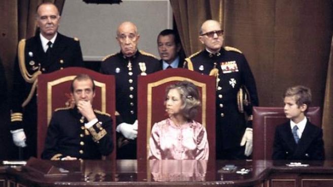 Junto a sus padres en el Congreso de los Diputados, durante la sanción regia de la Constitución el 27 de diciembre de 1978.