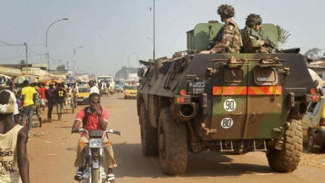 Un tanque militar francés patrulla en el centro de Bangui, capital de la República Centroafricana.