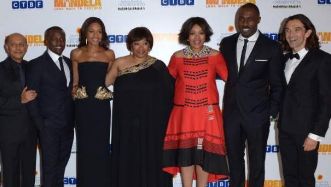 De izq. a dcha. Anant Singh, Tony Kgoroge, Naomie Harris, Zindzi Mandela y su hermana Zenani, Idris Elba y Justin Chadwick, en el teatro Odeon de Londres.