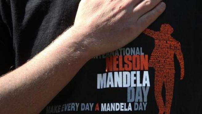 Detalle de una camiseta alusiva al expresidente de Sudáfrica Nelson Mandela, en el Centro Cultural Nelson Mandela de Ciudad de México (México).