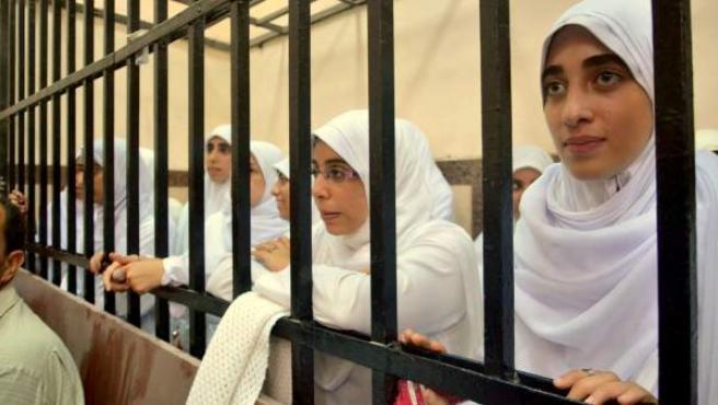 Imagen de las catorce seguidoras del presidente depuesto Mohamed Morsi, acusadas de causar disturbios en Alejandría.