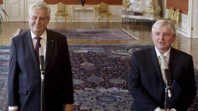 A la izquierda, Milos Zeman, presidente de la República Checa. Junto a él, Jiri Rusnok, primer ministro.