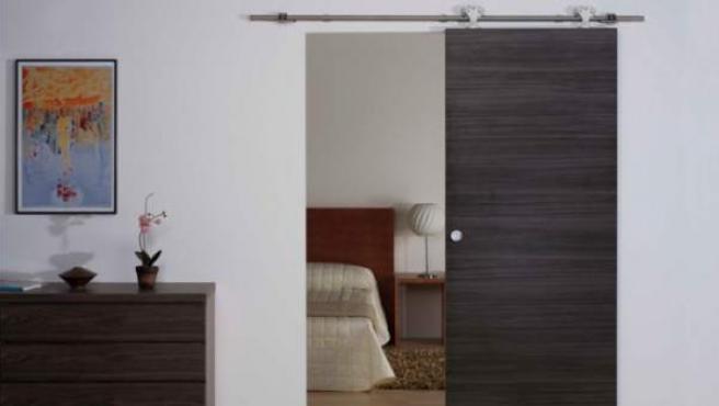 Una puerta corredera separa este dormitorio.