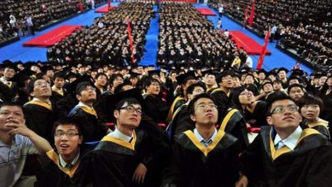 Estudiantes chinos, durante su graduación, clave para su aceptación social y familiar.