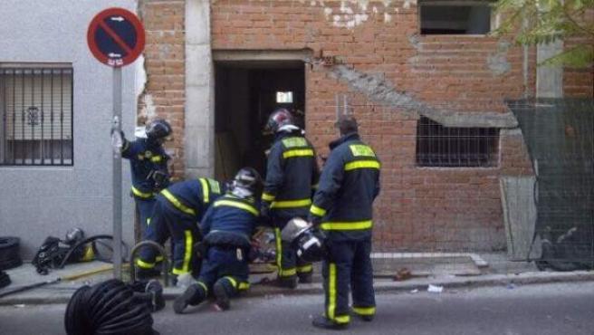 Bomberos de Madrid extiguiendo un incendio en Vallecas donde ha fallecido un joven de 20 años.