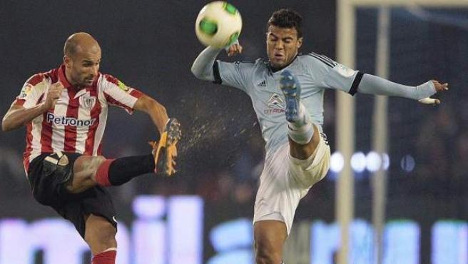 Mikel Rico, del Athletic, chuta un balón con la oposición de Rafinha, del Celta.