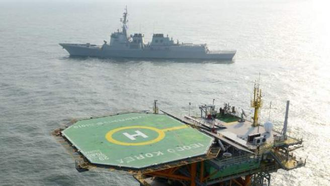 El destructor Yulgok Yi, de la marina surcoreana, patrulla junto a una estación de investigación oceanográfica situada en el arrecife de Ieodo, en el Mar de Corea.