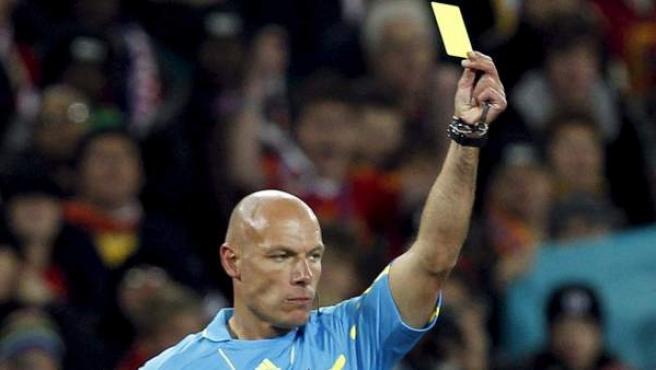 El árbitro inglés Howard Webb muestra una amarilla, en una imagen de archivo.