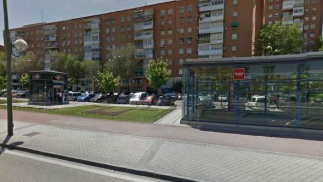 Una imagen de la entrada a la estación de Metro de Ciudad de Los Ángeles, en Madrid.