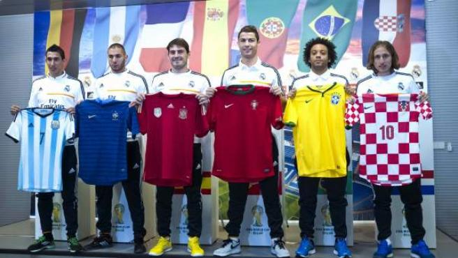 Ángel di María, Karim Benzema, Iker Casillas, Cristiano Ronaldo, Marcelo y Luka Modric posan con las camisetas de sus selecciones.