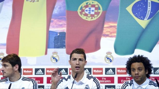 Cristiano Ronaldo con su compañeros Casillas y Marcelo en una rueda de prensa.