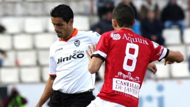 El centrocampista del Nástic de Tarragona Carlos De Lerma (d) lucha un balón con el defensa portugués del Valencia Ricardo Costa (i).