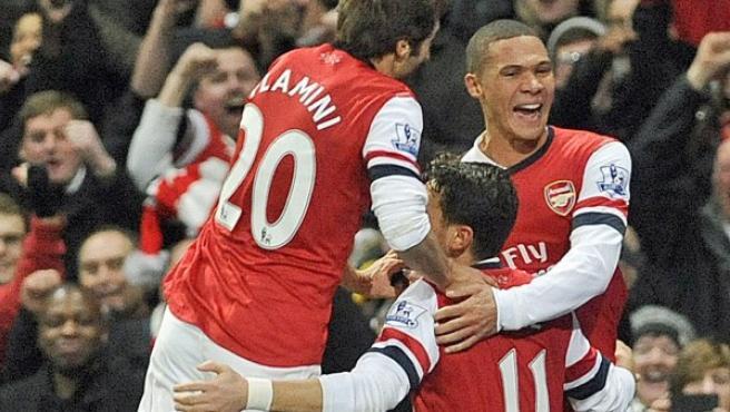 Ozil celebra un gol con sus compañeros del Arsenal.