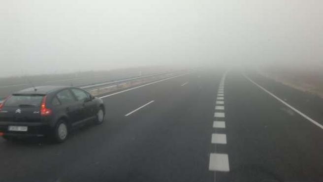 La niebla dificulta la visibilidad en una carretera.