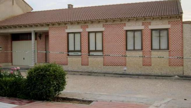 Casa precintada de Moral donde aparecieron la madre y su hijo fallecidos.