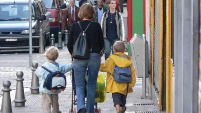 Una madre con sus hijos paseando por la calle, en una imagen de archivo.