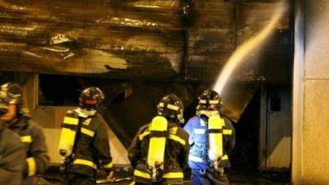 Una imagen de bomberos trabajando en la extinción de un incendio.