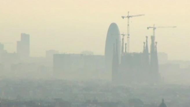 Imagen de archivo de Barcelona cubierta por la contaminación.
