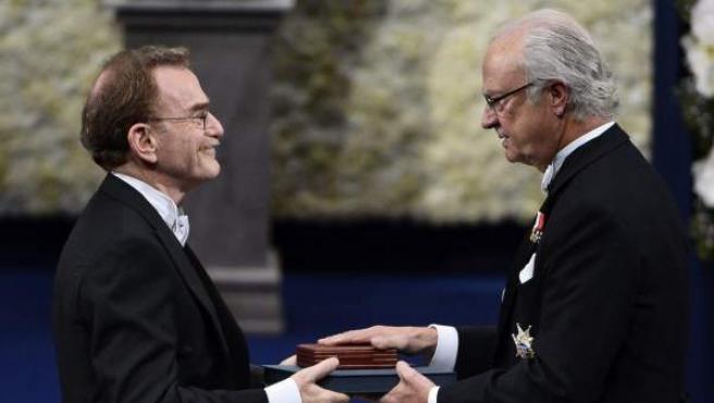 El premio Nobel de Medicina 2013 Randy W. Schekman (i) recibe su galardón de manos del rey Carlos XVI Gustavo de Suecia (d), durante una ceremonia celebrada en la Sala de Conciertos de Estocolmo (Suecia).