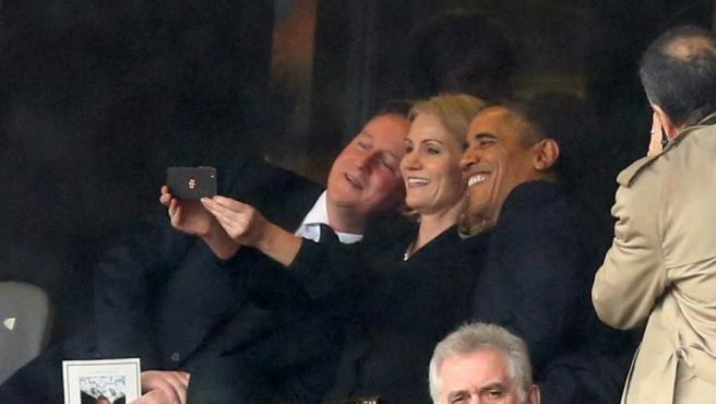 El presidente estadounidense, Barack Obama, se hace una foto con el primer ministro británico, David Cameron, y la primera ministra danesa, Helle Thorning Schmidt, durante el funeral de Nelson Mandela en Sudáfrica. Esta 'selfie' (foto hecha a uno mismo) de los tres líderes ha levantado polémica y ha sido muy criticada en redes sociales.