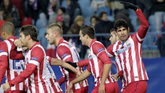Los jugadores del Atlético de Madrid, con Diego Costa señalando al otro área (derecha), celebran uno de los goles rojiblancos frente al Oporto.