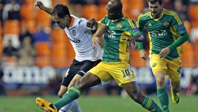 Míchel Herrero, del Valencia, conduce el balón ante la presión de Kaboré, del Kuban.
