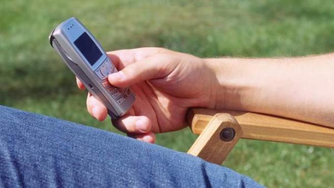 Un joven envía un SMS.