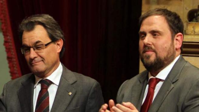 En la imagen, de izq. a dcha: el líder de ICV-EUiA, Joan Herrera; el presidente de la Generalitat, Artur Mas; y el líder de ERC, Oriol Junqueras, tras la votación en el Parlamento catalán.