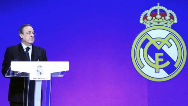 Florentino Pérez, en el acto de entrega de insignias de plata, oro y brillantes a los socios del Real Madrid.