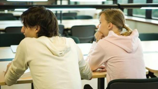 Estudiantes en un aula universitaria.