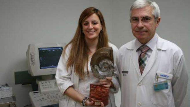 Lorena Sabonet con el premio al estudio sobre vitamina D y embarazo