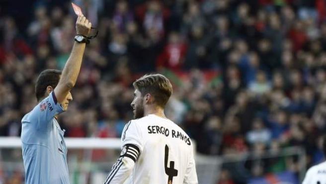 El árbitro Clos Gómez expulsa a Sergio Ramos en el Osasuna-Real Madrid.