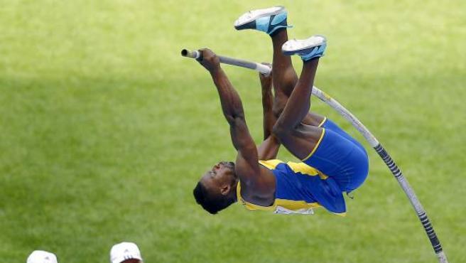 Alhaji Jeng, de Suecia, en pleno salto en la prueba de pértiga del Mundial de Atletismo de Moscú 2013.