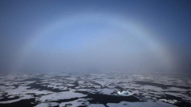 Un arco iris apareciendo en el horizonte en el Ártico. La fotografía fue tomada desde el rompehielos surcoreano Araon, que se encuentra en expedición científica en el Mar de Chukchi, en la región Polar.