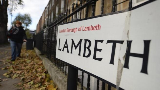 Una viandante pasa por delante de la calle Lambeth, al sur de Londres (Reino Unido), donde tres mujeres pasaron 30 años secuestradas.