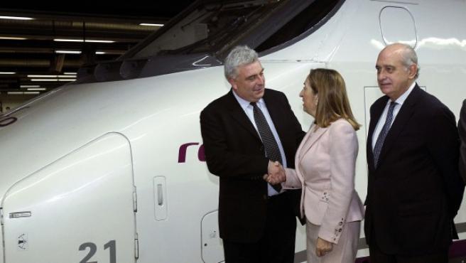 La ministra de Fomento, Ana Pastor, junto a al ministro delegado de Transporte de Francia, Frédéric Cuvillier, y el ministro del Interior, Jorge Fernández Díaz, inaugurando el AVE a París.