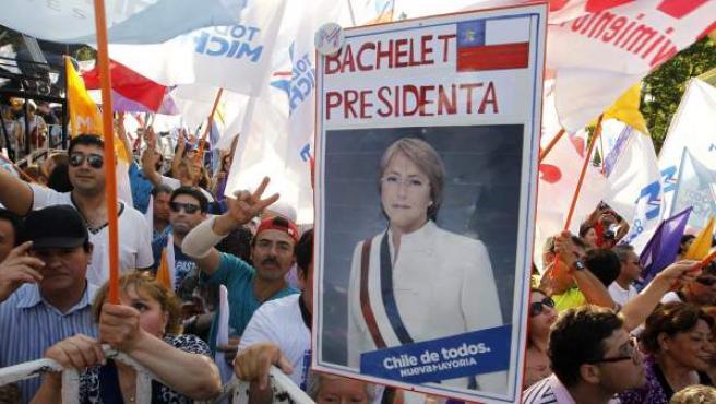 Simpatizantes de la candidata presidencial de la Nueva Mayoría, Michelle Bachelet, celebran su triunfo en Santiago de Chile.