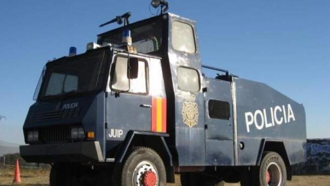 Camión lanza agua en desuso de la Policía Nacional.