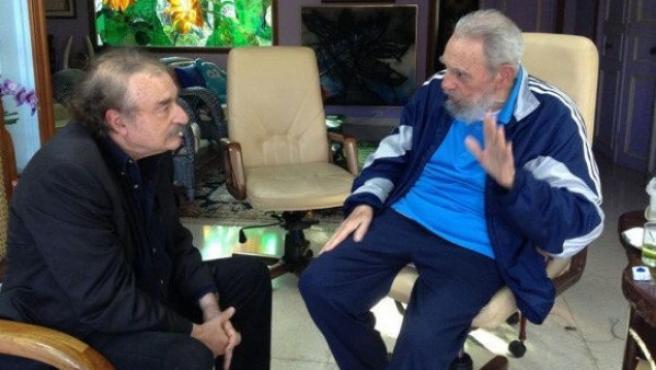 Foto tomada del sitio oficial 'Cubadebate', de la reunión sostenida el pasado viernes 13 de diciembre de 2013, entre el expresidente cubano Fidel Castro (der), y el periodista español Ignacio Ramonet (izq) en La Habana (Cuba).