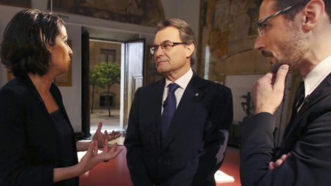 Fotografía facilitada por la Generalitat de Catalunya de su presidente, Artur Mas, conversando con los periodistas que le han entrevistado en TV3.