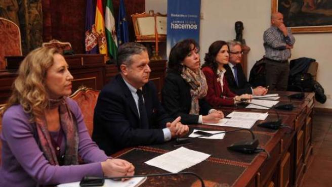 Ceballos (centro), entre Fuentes y Gracia en el acto de firma de convenios