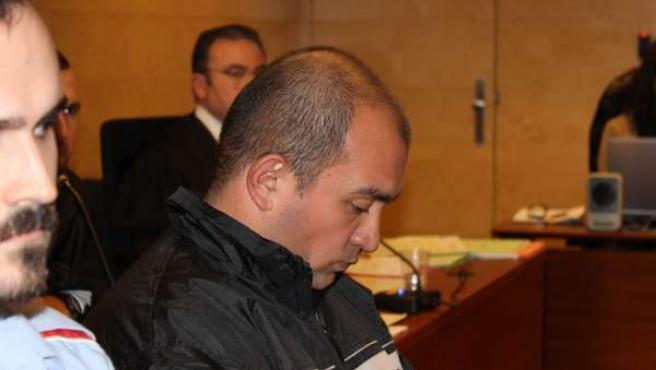 El padre acusado de decapitar a su hija de 18 meses, en el juicio (Archivo)