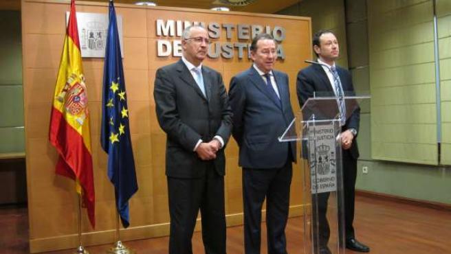 El consejero de Justicia, Emilio de LLera, en el centro